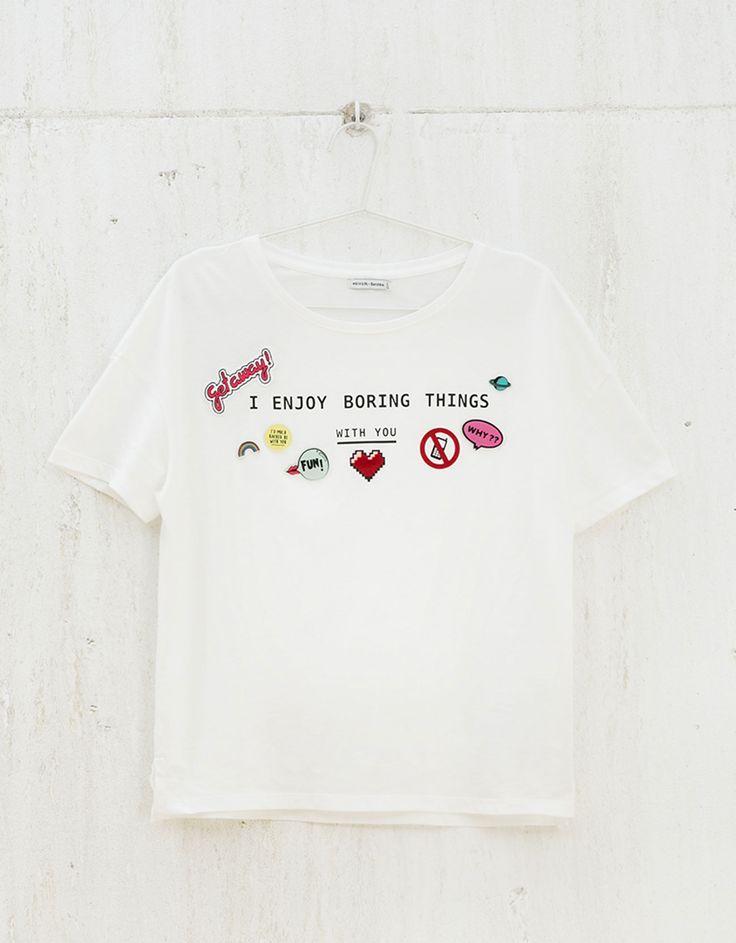 Camiseta BSK parches y pins. Descubre ésta y muchas otras prendas en Bershka con nuevos productos cada semana