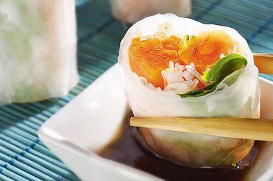 Rulouri vegetariene vietnameze- Pachetele de primavara neprajite, din legume, papaya si ierburi proaspete, condimentate cu sos de soia. Incearca acest preparat vegetarian din repertoriul Chef-ului Joseph Hadad, plin de arome fresh, usor de preparat, excelent atunci cand ai oaspeti la masa.