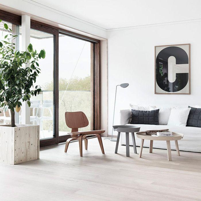 Obývací pokoj ve skandinávském stylu. Nábytek Muuto: Around Coffee Table, lampa Leaf