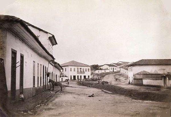 O bairro do Bixiga com ruas de terra, casarões e um cavalo. | 23 fotos que revelam São Paulo como você nunca viu
