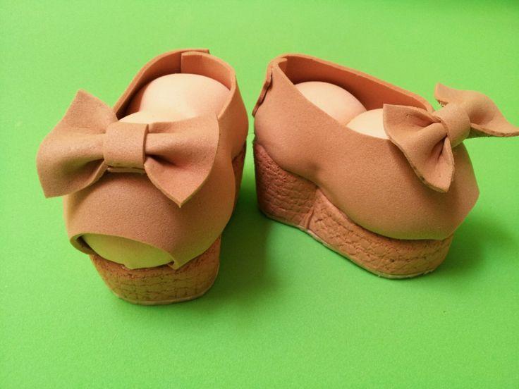 Zapatos para fofucha. Sandalias con cuña y lazos.