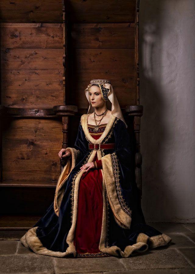 Marie ďAnjou, Queen of France (1422-1461)  Burgundian gown (15th c.)