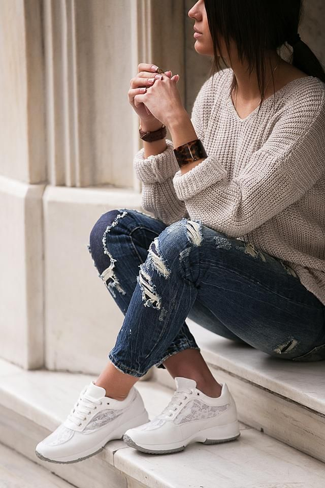 Regular fit. Slim boyfriend jeans. Five pockets. Distressed detail on the front and slit detail. Front button and zip fastening. http://www.modaboom.com/clothes/trousers-and-jeans/slim-boyfriend-tzin/