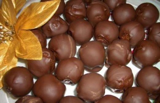 Τρουφάκια με σοκολάτα και φυστικοβούτυρο που δεν χρειάζονται ψήσιμο!    Σας πιέζει ο χρόνος και χρειάζεστε ένα νόστιμο και γρήγορο γλυκάκι; Αυτή η συνταγή θα σας ξετρελάνει!  Υλικά(για 6 άτομα):  1.1/2 φλ. κρεμώδες φυστικοβούτυρο  2.1/3 φλ. ελαφρύ σιρόπι καλαμποκιού ή