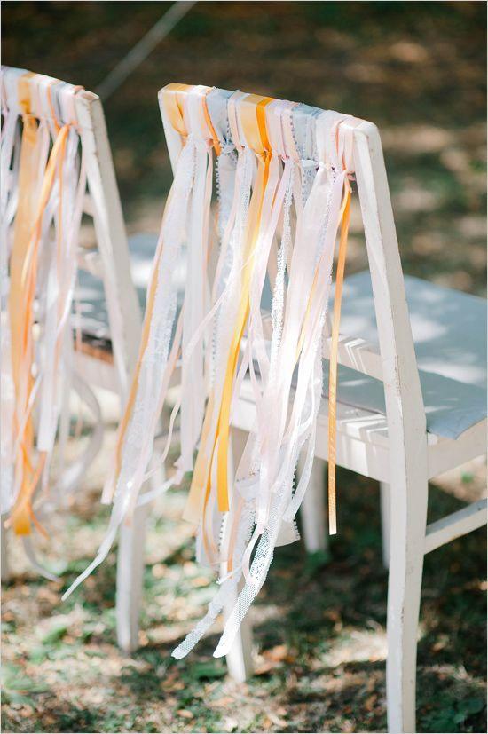 Em casamentos ao ar livre, o uso de fitas e tecidos esvoaçantes pode dar um charme especial. O melhor de tudo é que podem ser feitos pelos próprios noivos! Via http://www.weddingchicks.com/