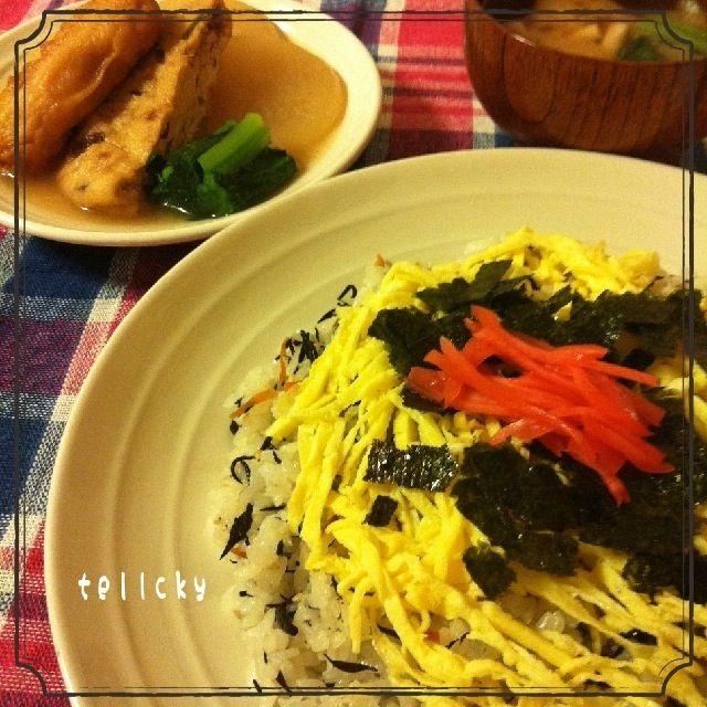 今日の晩ごはんψ(`∇´)ψ  ☆余ったひじきの煮物からの!                 簡単ちらし寿司 ☆煮物    (大根・がんも・ごぼ天・小松菜) ☆しめじと小松菜の味噌汁  酢飯を作って、余ってたひじきの煮物・ちりめんじゃこ・白胡麻を混ぜ、錦糸卵・のり・紅生姜をのっけて、出来上がり~(^ ^) - 103件のもぐもぐ - ひじきの煮物リメイク☆ちらし寿司 by tellcky