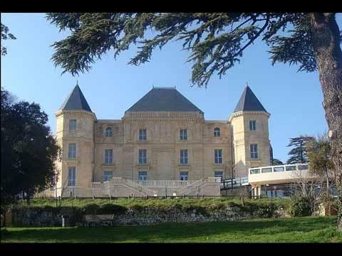 Chateau de la Buzine - Le château de La Buzine est un édifice du xixe siècle situé dans le 11e arrondissement de Marseille. Il doit sa célébrité à Marcel Pagnol, qui l'évoqua dans ses Souvenirs d'enfance et en fut le propriétaire. En 2001 la ville de Marseille lance un concours international de restauration remporté par Stern International. Le nouveau bâtiment est inauguré en juin 2011, et compte notamment une salle de cinéma de 345 places avec balcon et orchestre, une exposition permanente…