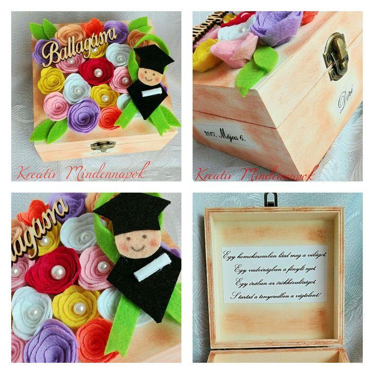 Fa ékszeres doboz ballagásra Tetején filc virágokkal vegyesen. Oldalán szalvétatechnikával díszítve, névvel, dátummal ellátva. Így személyre szóló ajándék lett belőle.
