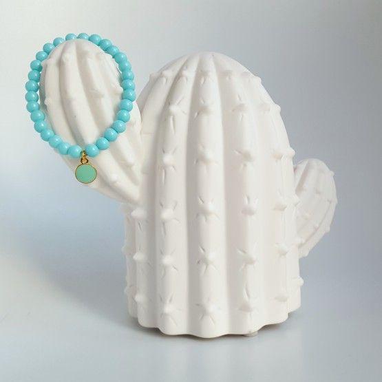 Licht Turquoise armbandjeaccessoireEen turquoise armbandje dat je kunt dragen als accessoire bij fleurige kleding of om je winterkleding wat op te fleuren! Het handgemaakte armbandje is elastisch, dus makkelijk te dragen en om te doen. Leuk als cadeautje voor jezelf of voor een ander. Ook leuk te combineren met de ...