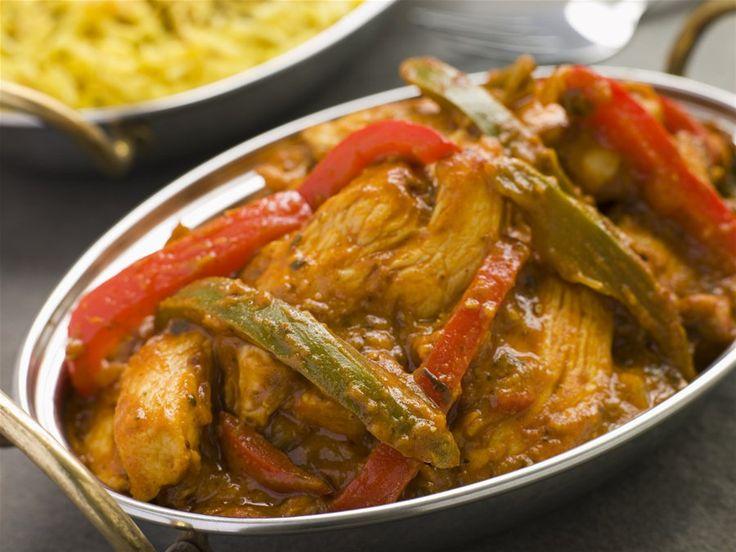Κοτόπουλο με κάρυ, γιαούρτι και πιπεριές του Σκαρμουτσου   Σβήνουμε το κοτόπουλο με το κρασί, χαμηλώνουμε τη θερμοκρασία και αφήνουμε το φαγητό να μαγειρευτεί για λίγη ώρα ούτως ώστε να εξατμιστεί το αλκοόλ.   Προσθέτουμε την ντομάτα και τις πιπεριές...