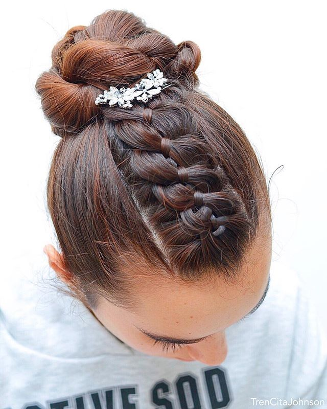 Ballet Bun With 4 Strand Braid Accent From Last Friday Hope You Like It Accessory Goudhaartje Nl Let Me Know How Was Your Weekend Ours Frisuren Haare