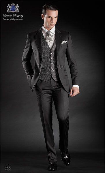 Traje de novio gris antracita en pura lana satén. Traje sartorial con dos aberturas y botones corozo.