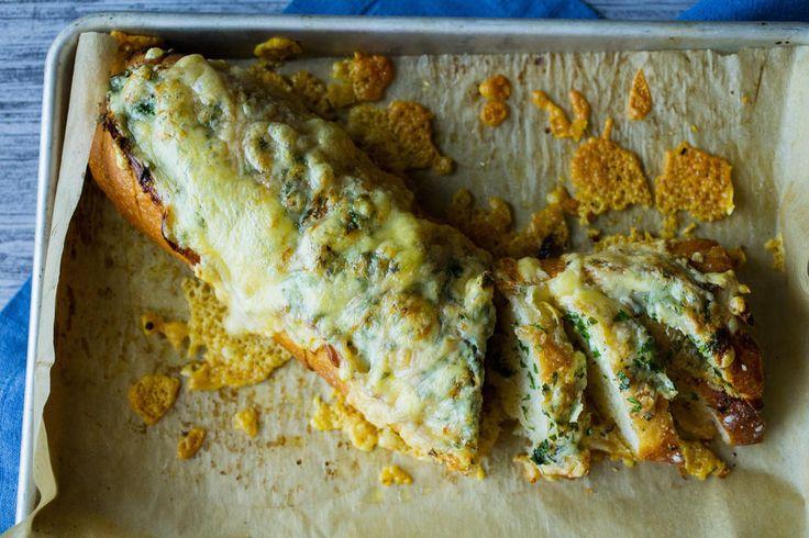 Dette er en forenklet variant av «hjemmelaget» hvitløksbrød. Du kan bruke bagetter, panini, ciabatta eller lignende. Oppskrift: Lise Finckenhagen Foto: Sara Johannessen
