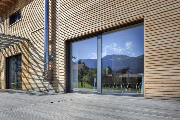 Detail Holzfassade mit Terrassen Schiebetür -  Oekohaus Schneider von Baufritz