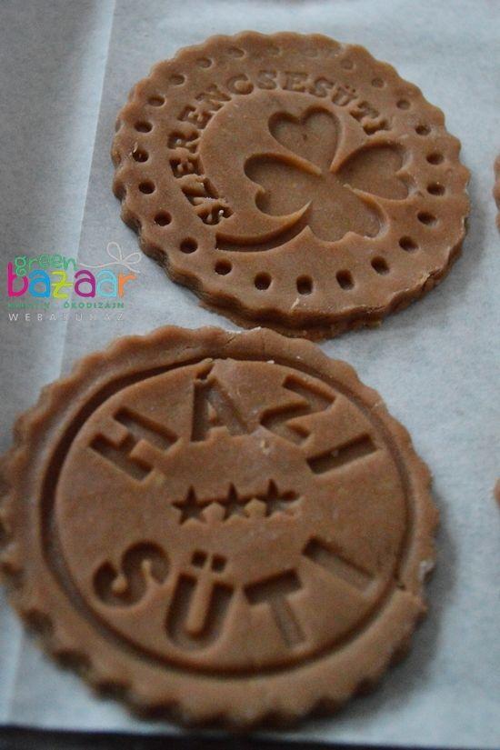 Kreatív és finom gasztroajándék: sütipecséttel mintázott színes kekszek   Életszépítők