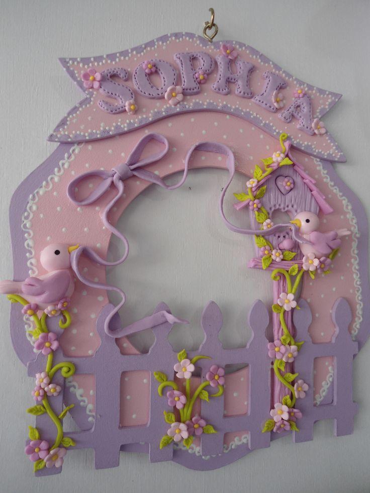 Guirlanda de porta de maternidade de MDF decorada com biscuit