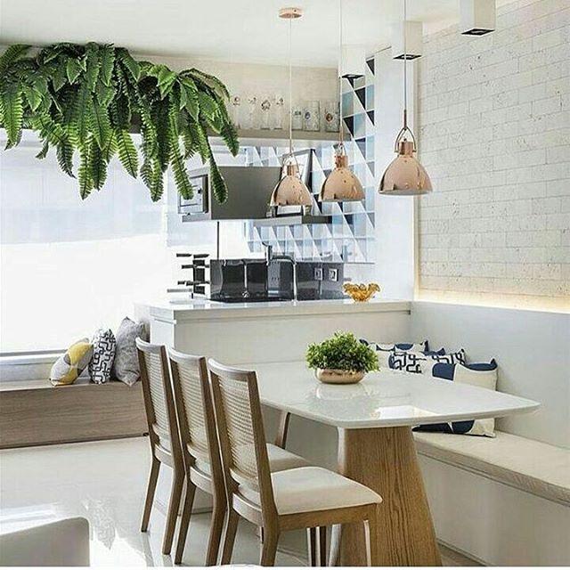 Cozinha moderninha com canto alemão  @construindominhacasaclean @grazielalarainteriores @grazilara Veja + no www.construindominhacasaclean.com Se você precisa de ajuda para decorar algum ambiente, solicite uma consultoria online com 3D valor...
