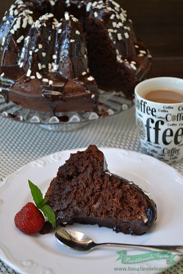 Guguluf cu ciocolata si banane, o combinatie reusita intre ciocolata si banane. Aceasta prajitura este ideala la cafeaua de dimineata si de ce nu poate insoti si o cana cu ceai. Ciocolata si bananele ii da o consistenta densa si e usor umeda , aduce foarte bine cu binecunoscutele prajituri brownies sau negrese care sunt