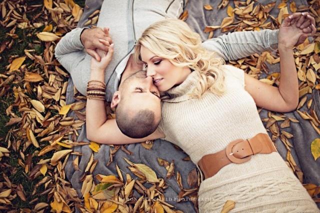 Een loveshoot in de herfst: doen! Dit aanstaande bruidspaar geeft een goed voorbeeld, super!