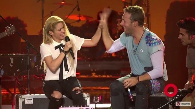 Shakira es criticada por cantar junto a Chris Martin