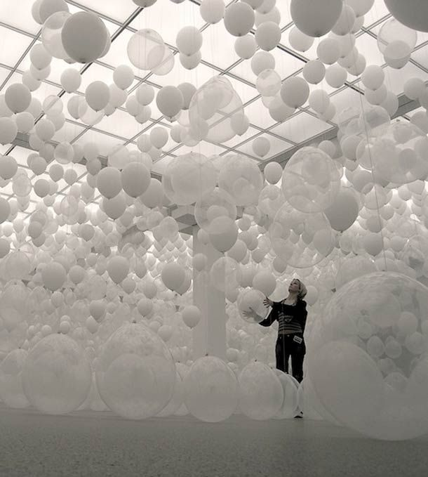 SCATTERED CROWD – DES MILLIERS DE BALLONS SUSPENDUS…