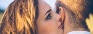 Neste artigo, o autor compartilha com os leitores lindas canções que falam de amor eterno e inspiram os casais a simplesmente se abraçarem e deixar o mundo girar ao redor.