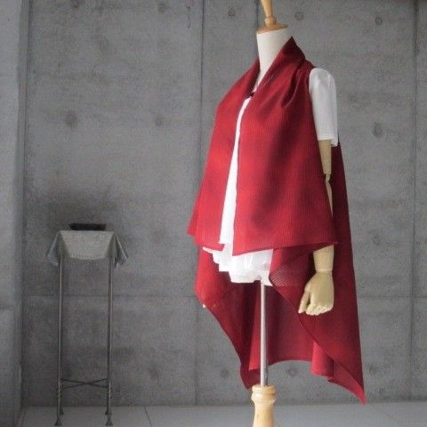 さっと羽織ると オシャレに決まります。後ろを長めにしていますので、お腰がしっかり隠れて安心。とても涼やかです。色は 深い赤色です。大人の赤です。未使用の反物からの製作です。幅広くの年代の方に着用していただけます。ジーンズ、パンツとの相性も抜群です。販売はジレのみです。素材  正絹前丈  約55cm後ろ丈 約82cm後ろ身頃のアームホールの下の部分から、もう一方のアームホールの下まで 43cmアームホール  約55cm