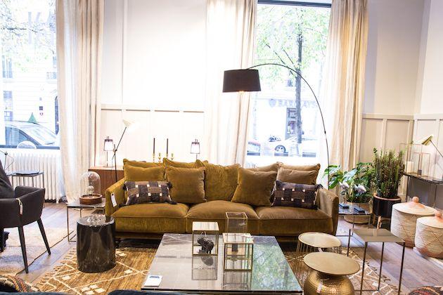 salon canape jaune moutarde en velours decoration table en verre laiton rondeappartement AMPM boutique avenue Victor Hugo La Redoute Paris