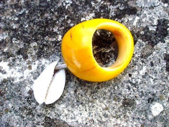 #Arteembiojoias, #acessóriosqueempoderam, #feitoamão, #artesanal, #exclusivo, #biojoias, #ecojoias, #angelseacamargo. Anel feito artesanalmente em semente de jarina, metal e búzio. Tamanhos  personalizados.