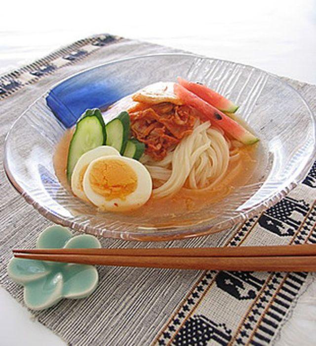 キムチの汁を利用したピリッと辛いスープにうどんをのせてキュウリやゆで卵を添えると夏に最適な冷やしうどんが簡単にできます。