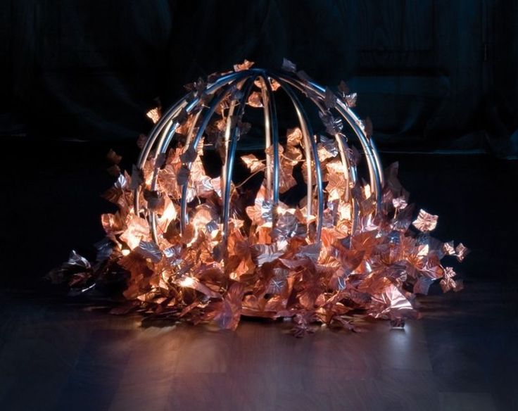 Lamp Sphaera Made by hand, with a frame in tubular of iron and applications of ivy leaves in copper cooked (carbora). Light unit: 5 40-watt bulbs. #madeinitaly #artigianato #lampada #lamp