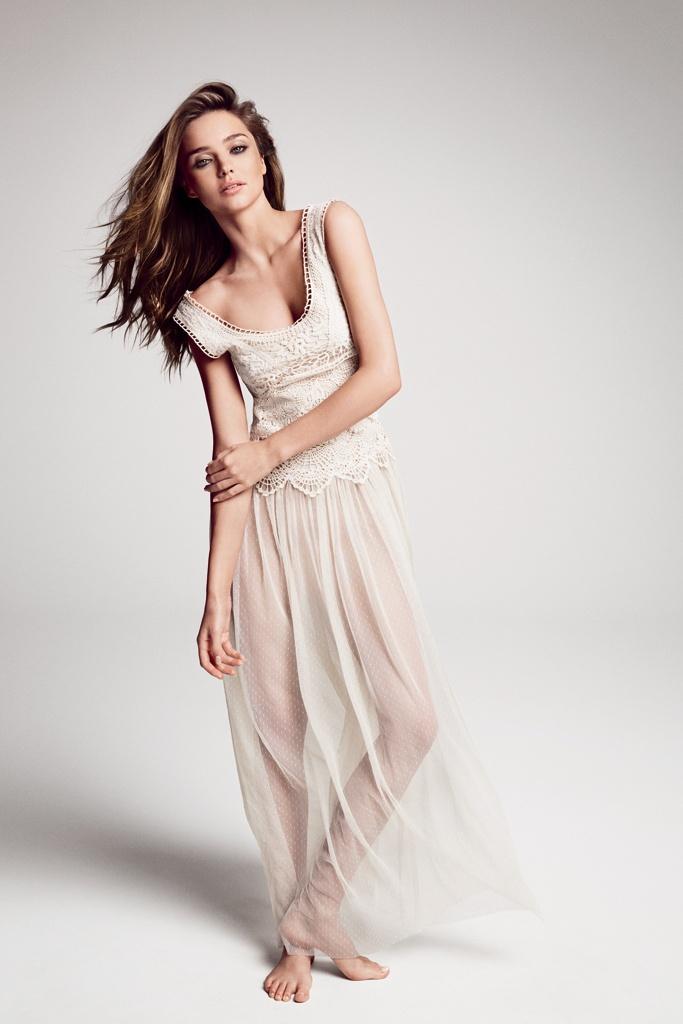 El look de Miranda Kerr por menos de 50 euros. NOVIA HIPPIE  La top, con vestido blanco de crochet, de inspiración romántica.