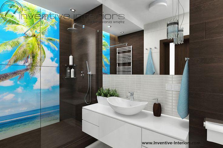 Projekt łazienki Inventive Interiors - płytki drewnopodobne i fototapeta w łazience