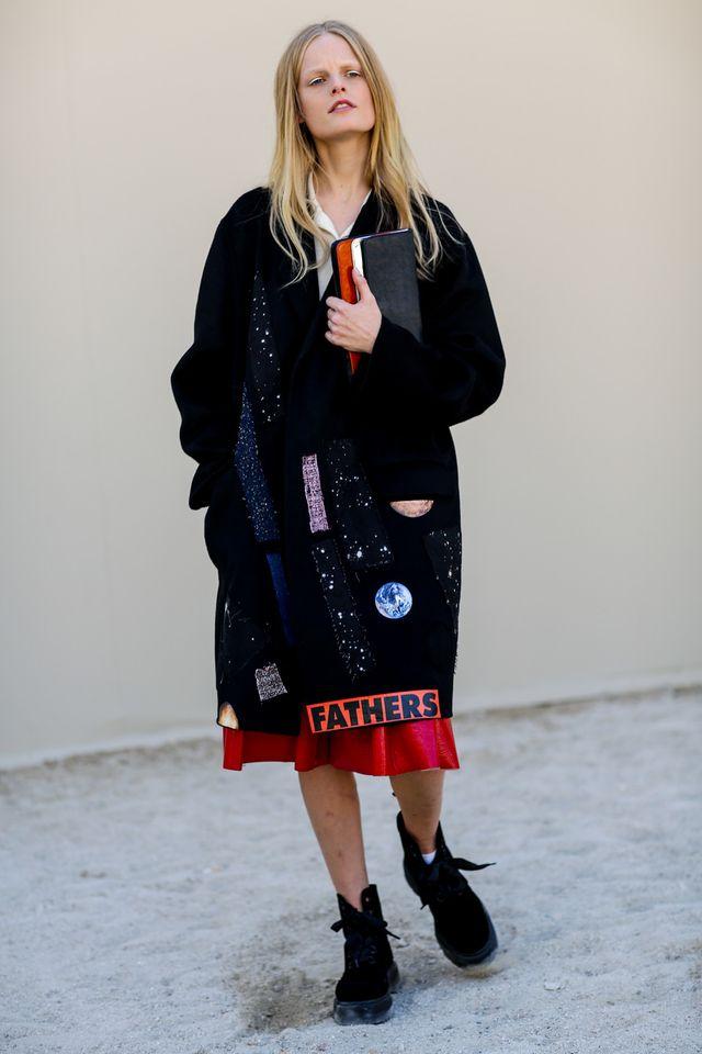 モードとアートの融合したコートを、さらりと羽織って