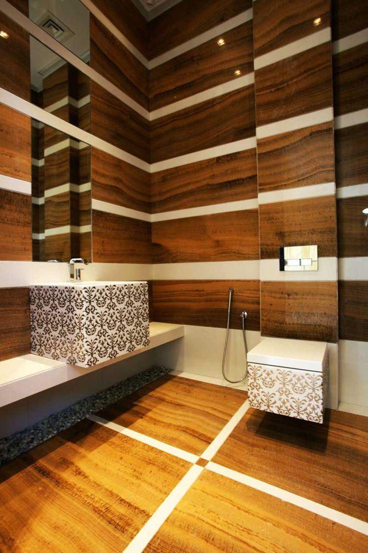 Badezimmer Gestaltung Mit Holzfliesen Und Streifenmuster