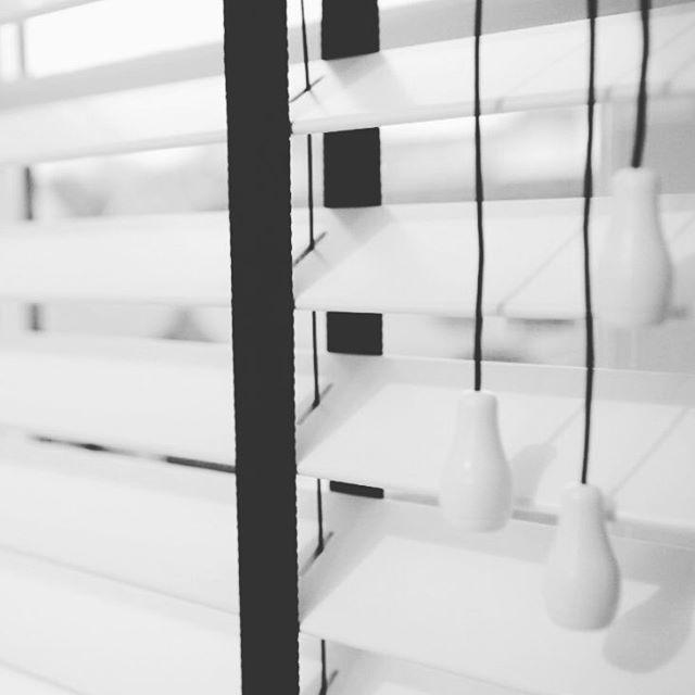 Houten jaloezieën met ladderband 50mm zijn helemaal hip! Het is fijn om de lichtinval in je woonkamer zelf te bepalen. Bekijk de houten jaloezieën van JASNO op de website en vraag gratis kleurstalen aan @rolgordijnwinkel.nl #house #home #jaloezieen #jaloezie #raamdecoraties #raambekleding #ramen #Rolgordijnwinkel