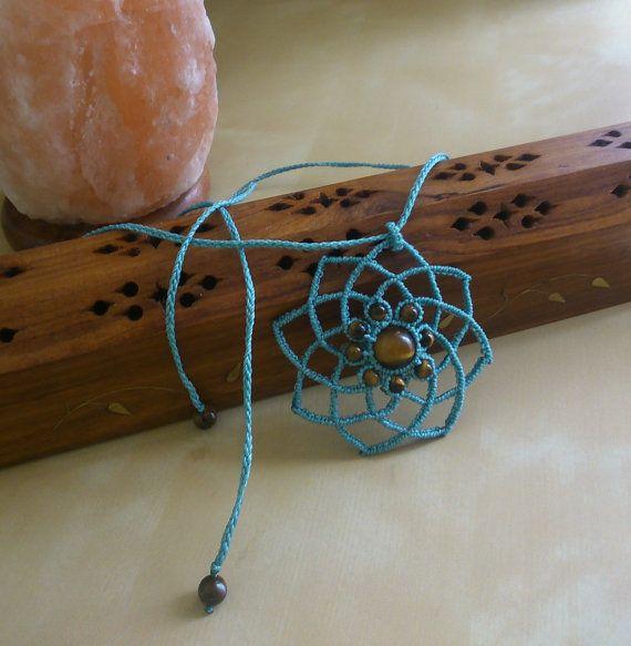 collar mandala en macramé azul con piedras ojo de tigre. flor, atrapa sueños, bisutería india, tribal, étnico, hippie, boho,