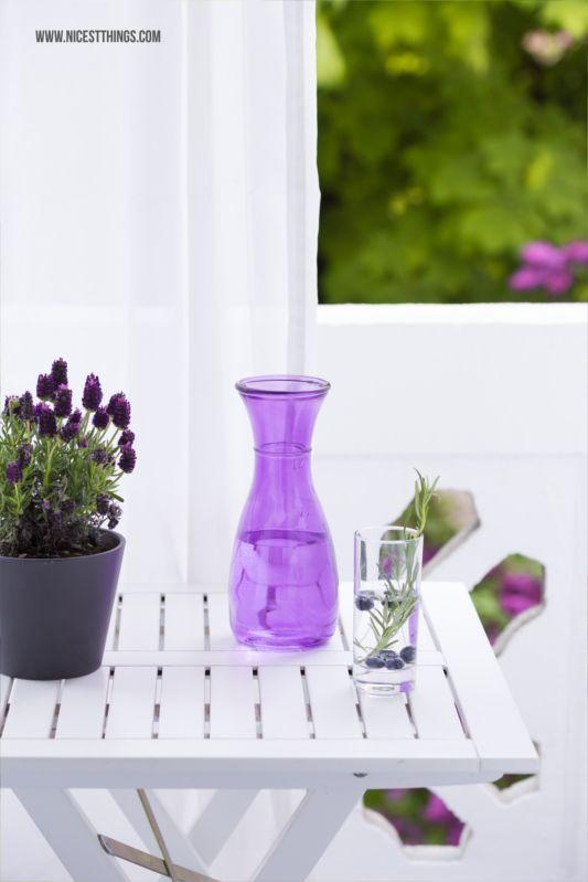 Deko für den kleinen Balkon: Graue Pflanzkübel