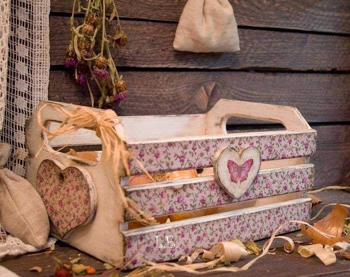 Cajón de vegetales + acrílico para pintar + retazos de tela o papel de empapelar pegados a los lados + figuras de madera = un organizador precioso!