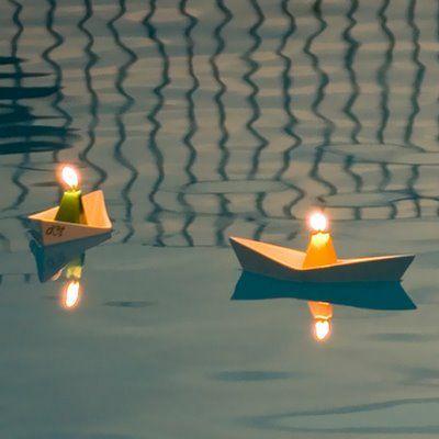 Que tal colocar as velas em barquinhos flutuantes na piscina? Mais