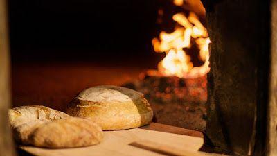 Storie di antichi sapori quella del pane di patate della Garfagnana, nato dalla carestie di cereali quando la farina di grano non bastava per fare il pane e allora si aggiungevano patate lesse schiacciate. Un rituale e un antica ricetta che ancora oggi è ben presente nei forni a legna garfagnini, fondamentali per la buona riuscita di questa primizia nostrale.