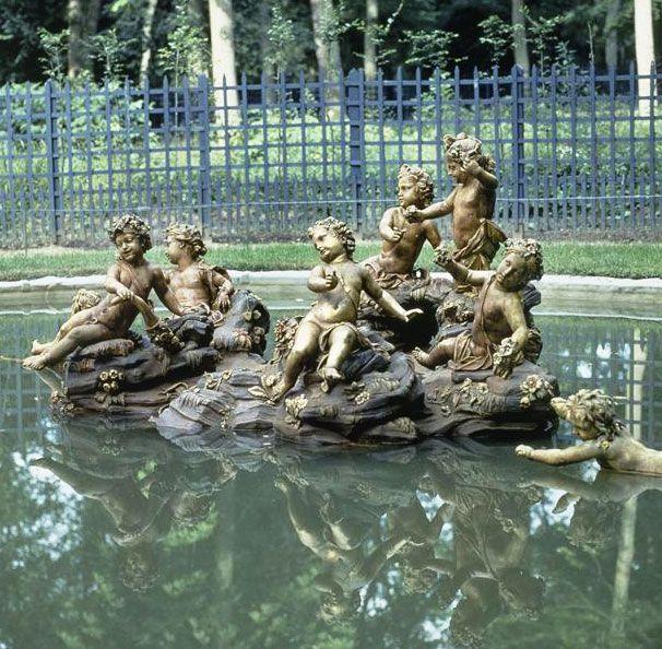 Le bosquet du Rond vert  Au nord des jardins, entre le Rond vert (ancien bosquet du Théâtre d'eau) et l'Étoile (ancien bosquet de la Montagne d'eau), à l'écart des allées fréquentées, se dissimule un bassin circulaire au milieu duquel s'élève un rocher. Il s'agit de l'Île des Enfants, chef-d'œuvre de fraîcheur réalisé par Hardy en 1710. Sur le rocher sont disposés six enfants nus jouant avec des fleurs, tandis que deux autres s'ébattent dans l'eau.