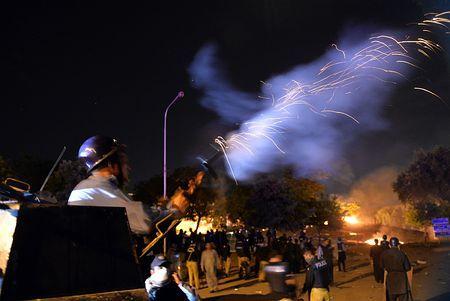 31日、イスラマバードで、デモ隊に催涙弾を撃つパキスタン警察(AFP=時事) ▼31Aug2014時事通信|反政府デモ、治安部隊と衝突=3人死亡、400人以上負傷-パキスタン http://www.jiji.com/jc/zc?k=201408/2014083100026