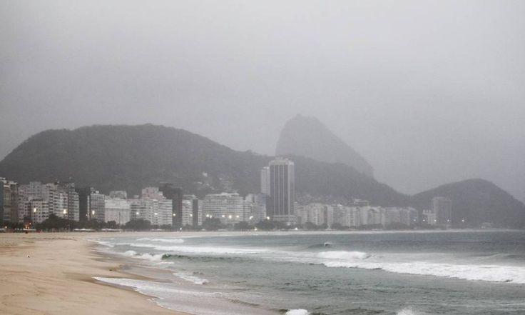 O tempo chuvoso visto da Praia de Copacabana Foto: Thiago Lontra / Agência O Globo