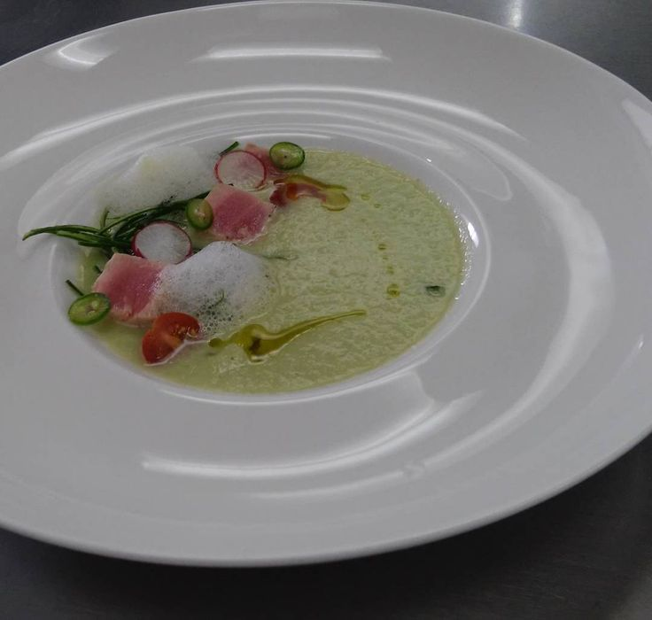 Gazpacho de pepino aire de serrano granizado de limón y tatakis de atún #notfilter #gastronomy #gastroart #exam #foodporn #gazpacho #cucumber #tunafish #tataki by laura_daneli