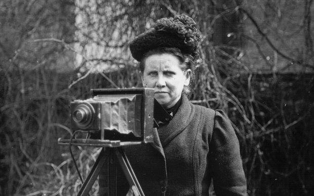 Christina Broom, primera foto reportera británica  Inmortalizó a las sufragistas, a los miembros de la realeza a los soldados de la I Guerra Mundial que celebrando la Navidad, pateó calles y ciudades, habiendo comenzado su carrera en 1903 a los 40 años de edad… ,
