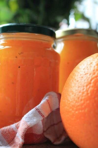 Solgul appelsinmarmelade med ingefær og vanilje er både smuk at se på og smager underskønt.Skønherlig og gylden, mmmhhh Denne appelsinmarmelade er uden klumper og hele stykker skræl eller appelsin. Dog er den fyldt med alle de gode dele fra skønne orange appelsiner, bare på en…