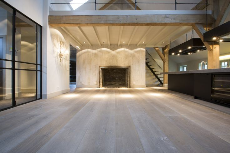 Houten vloer white wash in gerenoveerde boerderij - Martijn de Wit vloeren