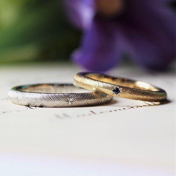青いサファイアを、ゴールドに組み合わせた モダンな仕上がりの結婚指輪。* * 羽根をイメージした彫り模様を、さらに 深めに彫り込んで仕上げました。* * Piuma≪ピウマ≫ https://rings.ateliermarriage.com/collections/show?ring_id=10 *  #ith #表参道 #イズ #銀座 #kichijoji #吉祥寺 #横浜元町 #柏 #大宮 #Pt900  #プラチナ #結婚指輪 #マリッジリング #K18YG #イエローゴールド #K18 #ゴールド #wedding #ring ##サファイア #オーダメイド #and_ith #ginza #彫り模様