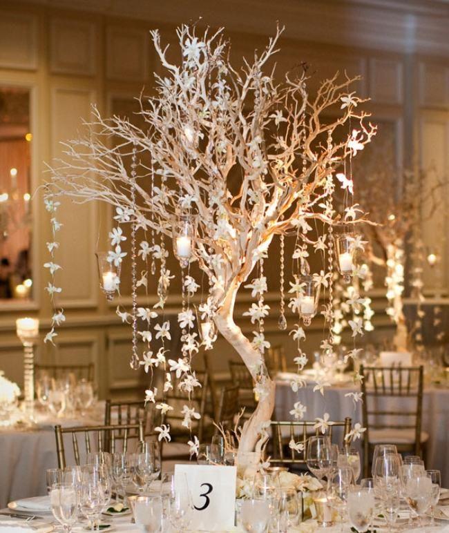 winter-hochzeit-ideen-ein kleiner baum mit blumenketten im Mittelpunkt des Tisch…